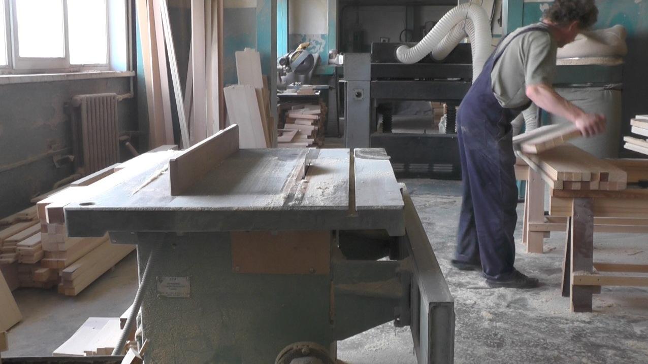 Круглопильный станок в столярном цехе